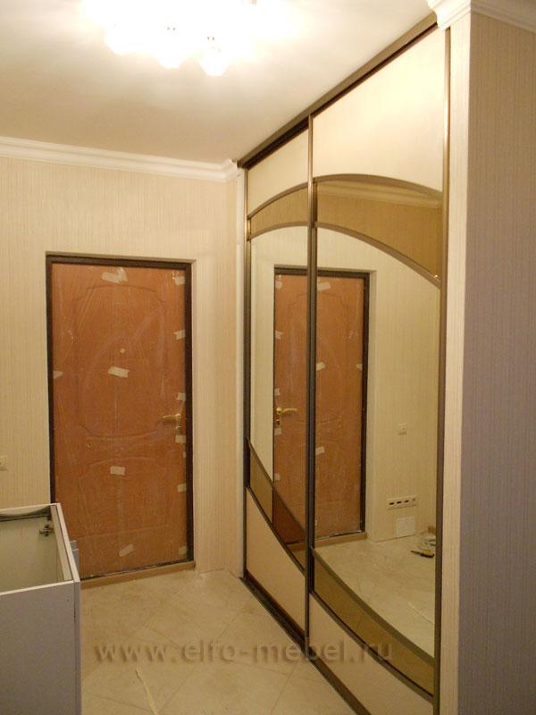 Встроенный в нишу шкаф-купе с зеркалами и вставками из кожи .